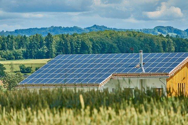 duża instalacja fotowoltaiczna na dachu