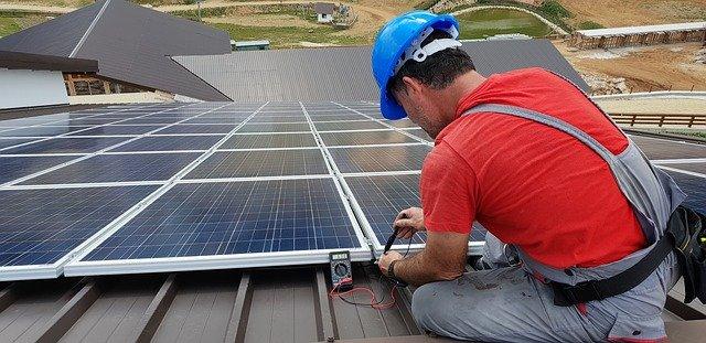 montaż paneli fotowoltaicznych na dachu domu w Katowicach