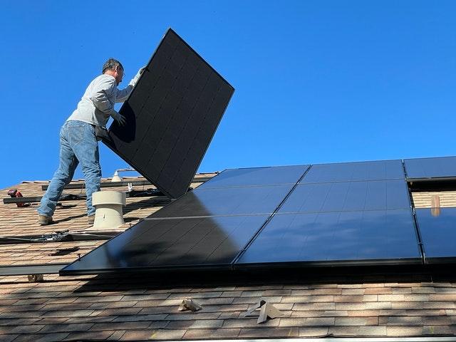 układanie paneli słonecznych